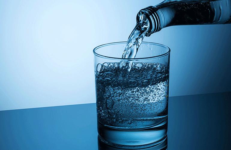 Стакан с минеральной водой