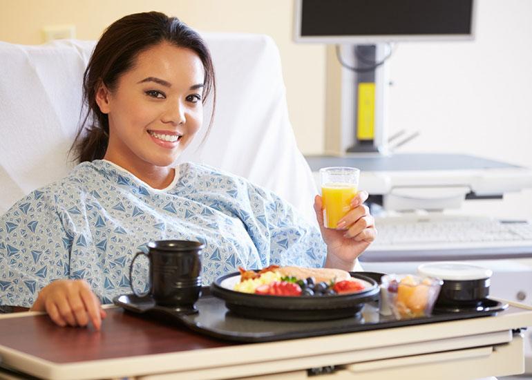 Девушка после операции ест диетическую пищу