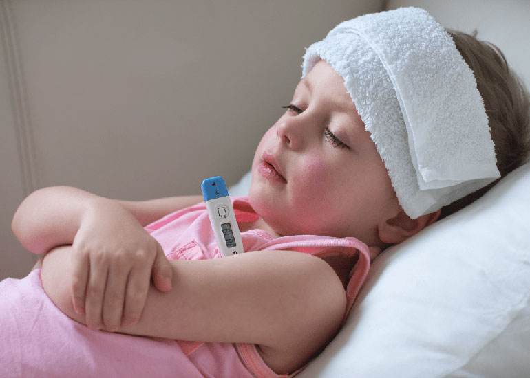 Ребенок измеряет температуру градусником
