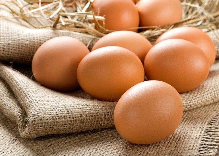 Яйца на брезенте и соломе