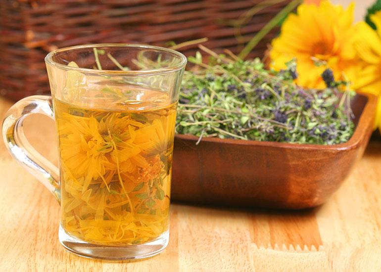 Чашка с чаем и тарелка с сухими травами
